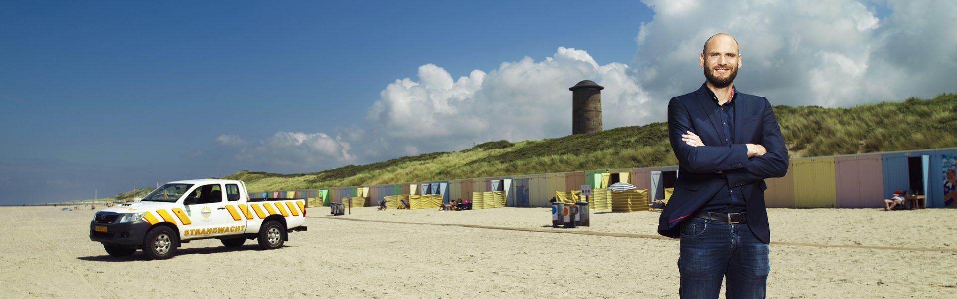 Directeur Tim Wouters op het strand in de gemeente Veere